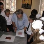 В.П. Филиппов проводит занятие в Гравюрном кабинете АГКГ. 2011. Предоставлено: Астраханская картинная галерея имени П.М. Догадина.