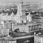 """Наум Грановский """"Вид на высотное здание гостиницы """"Украина"""". Теплоход на Москве-реке"""". 1960-е. Предоставлено: © Галерея Люмьер."""