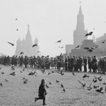 """Наум Грановский """"Голуби на Красной площади. К Ленину"""" 1950-е. 1960-е. Предоставлено: © Галерея Люмьер."""
