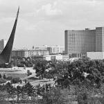 """Наум Грановский """"Вид на гостиницу """"Космос"""" и монумент """"Покорителям космоса"""" 1979. 1960-е. Предоставлено: © Галерея Люмьер."""