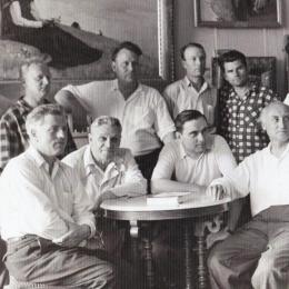 Группа художников. 1960-е. Сергей Масленников в нижнем ряду, второй слева. Предоставлено: Астраханская картинная галерея имени П.М. Догадина.