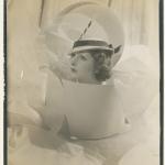 """Сесил Битон """"Модель в белой панаме от """"Suzy"""" 1934 год © Condé Nast. Предоставлено: Государственный Эрмитаж."""