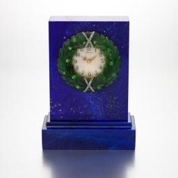 Лот 11: Лазуритовые часы, украшенные драгоценными камнями, золотом, нефритом и гильошированной эмалью, мастер Хенрик Вигстрём, эстимейт: £80 000–120 000.  © Аукционный дом Sotheby's.
