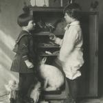 Руди Котс демонстрирует девочке Ляле «свой музей». 1930. Предоставлено: Государственный Дарвиновский музей.