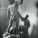 В. А. Ватагин работает над скульптурой «Кроманьонец с северным оленем». 1918. Предоставлено: Государственный Дарвиновский музей.