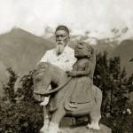 Николай Рерих у статуи покровителя долины Кулу ГугаЧохана. Кулу, 1932–1933