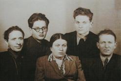 Абрам Моносзон с женой Татьяной, сыном Константином и двумя неизвестными