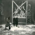 Старшие научные сотрудники Н.М.Лосева, Н.Н.Бритова и вахтёр Е.Т.Шкаликова убирают снег в зале Музея