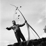 "Александр Колдер с мобилем ""Хираф"", 1941 Фото: Герберт Мэттер"