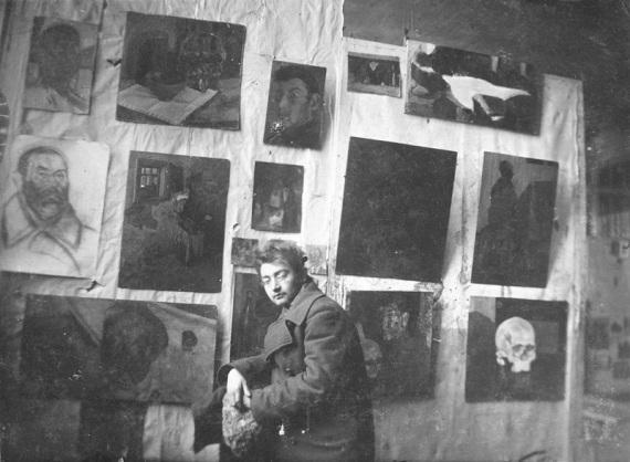 Иосиф Рубанов на своей выставке в Крунте (Могилёв). Фотография до 1924 года.