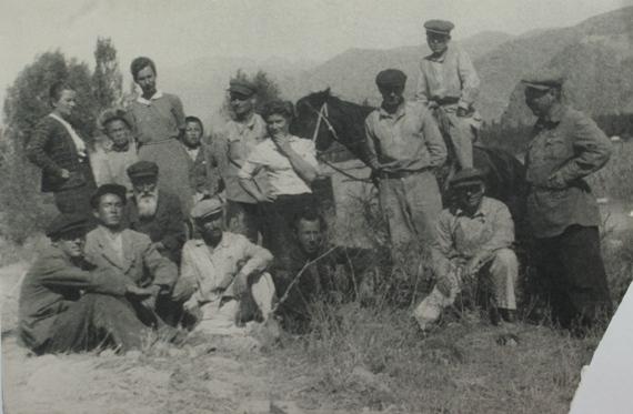 Киргизия. Таласская долина, сентябрь 1946. В.А.Фаворский сидит третий слева.