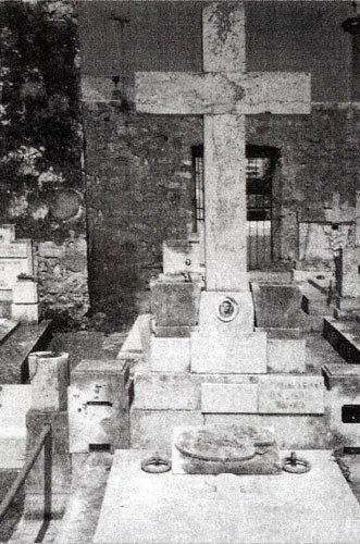 Склеп Ганзенов на православном кладбище в Бониново