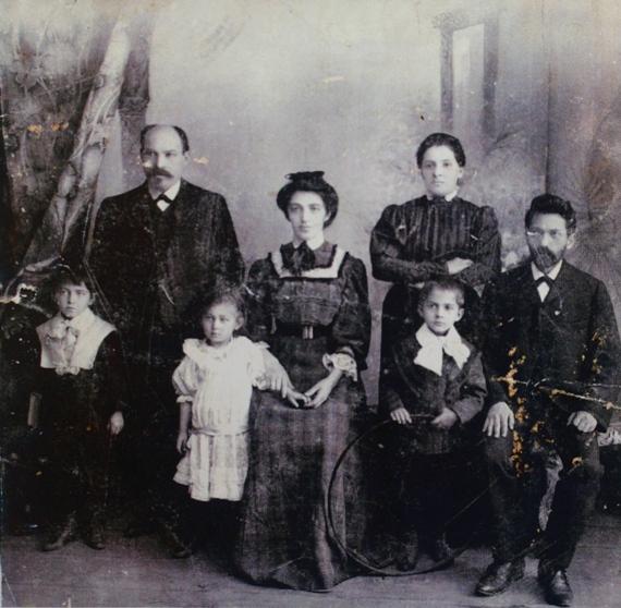Илья Табенкин (первый слева) с родителями - Львом Натановичем (второй слева) и Софьей Ильиничной (четвёртая слева). Около 1920.