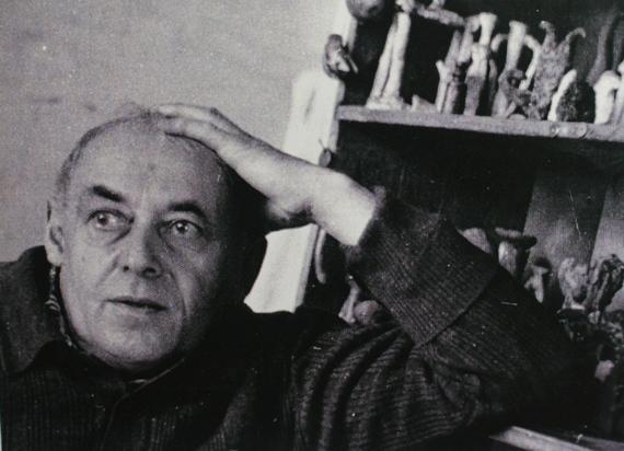 Илья Табенкин в мастерской на Брянской улице. Фотография начала 1980-х. Из архива Л.Табенкина.