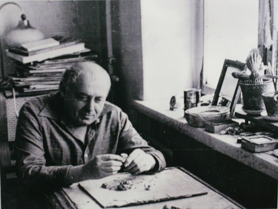 Илья Табенкин в мастерской на Брянской улице. Фотография 1980-х. Из архива Л.Табенкина.