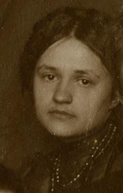 Юлия Оболенская. Фрагмент групповой фотографии. 1910-е