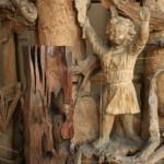 """Фрагмент дерева кебрачо, который был привезен в Москву С.Эрьзей в 1950 году на фоне """"Космоса"""" С.Коненкова"""