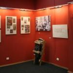 Экспозиция выставки. В центре - знаменитые барабаны старика Букашкина.