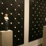 """Стефан Балкенхол """"Женщина и мужчина на фоне чёрной плетёной деревянной панели"""" 2013"""