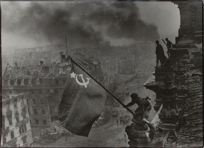"""Евгений Халдей """"Знамя Победы над Рейстагом"""" Берлин, 2 мая 1945"""