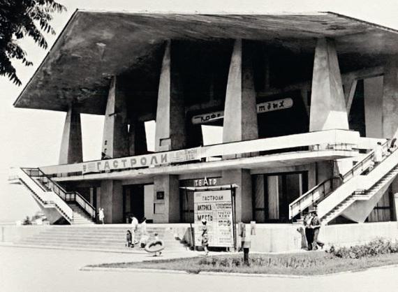 Музыкально-драматический театр (Г. Я. Мовчан, В. Д. Красильников, С. Х. Галаджева, 1967) в Махачкале. Фото, 1975