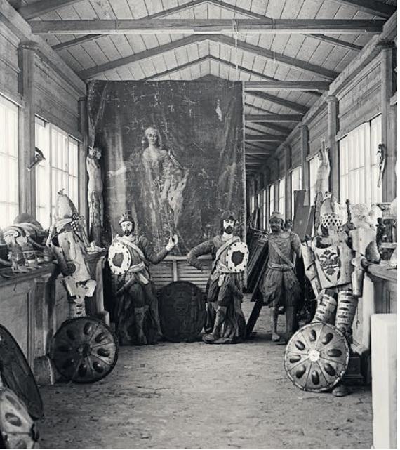 Крепостной театр в усадьбе Ольгово. Помещение с театральным реквизитом, бутафорией и костюмами. Фото Н. Н. Лебедева, 1920-е