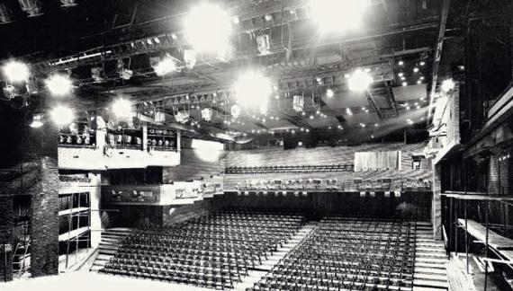 Театр на Таганке (А. В. Анисимов, Ю. П. Гнедовский, Б. И. Таранцев; инженеры И. О. Герасимов, В. И. Белицкий, 1972–1986) в Москве. Зрительный зал. Вид от сцены.
