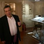 Анатолий Гостев проводит экскурсию по выставке