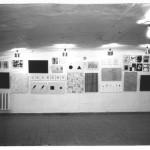 Вид экспозиции выставки Авдея Тер-Оганьяна «За абстракционизм» в галерее в Трехпрудном переулке. 21 мая 1992, Москва. Фотограф Игорь Мухин.