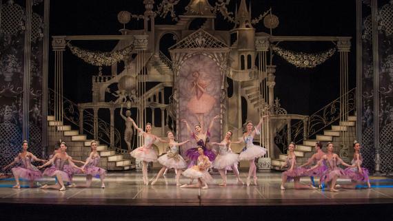 """Сцена из балета """"Спящая красавица"""" П.И. Чайковского. Фото: Алексей Панков."""