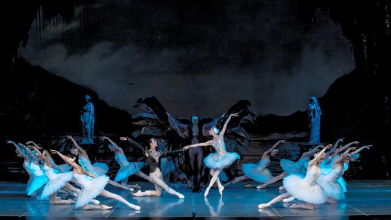 """Сцена из балета """"Лебединое озеро"""" П.И. Чайковского. Фото: Алексей Панков."""