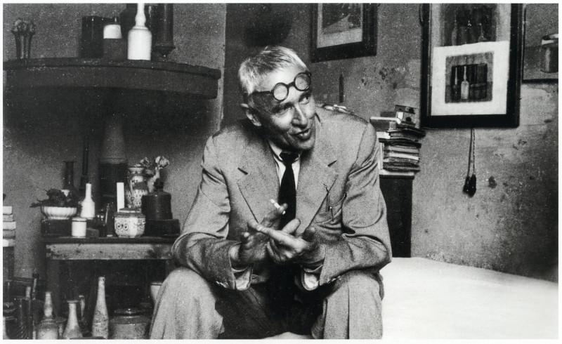 Джорджо Моранди в мастерской. Около 1950