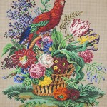 Попугай на корзине цветов