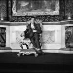 Леонар Джанадда восседает на царском троне