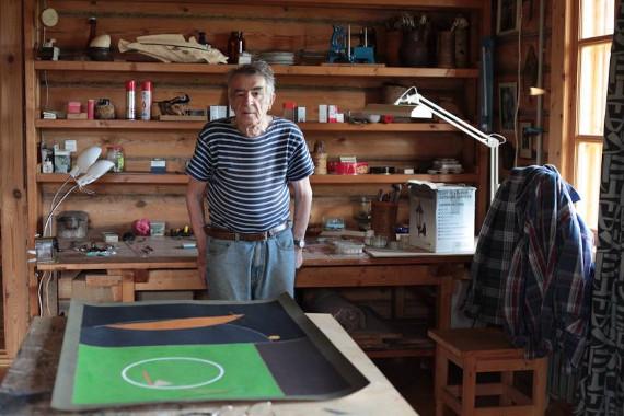 Эдуард Штейнберг в своей мастерской в Тарусе.