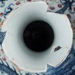 Китайская ваза с изображением драконов играющих пылающей жемчужиной. Реставратор - М.Г. Жукова.
