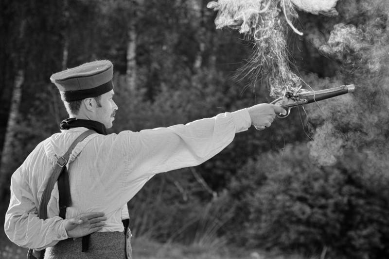 Выстрел из кремневого пистолета для проверки качества искры