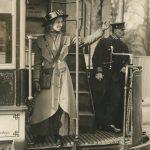 """Неизвестный автор """"В Лондоне девушки начали работать кондукторами в трамваях"""" 1915"""