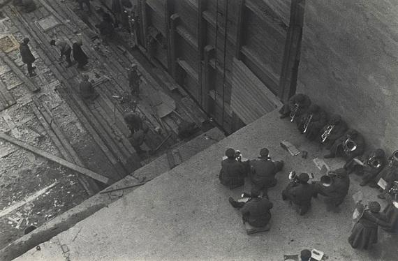 Александр Родченко «Работа с оркестром. Из серии «Строительство Беломорско-Балтийского канала» 1933 Собрание МАММ
