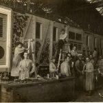 Бригада художников во главе с И.И. Нивинским в мастерской по росписи агитпарпоездов. 1920