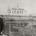 """Д. Стеллецкий """"Борис Кустодиев на мосту через реку Волхов на фоне Новгородского Кремля. Софийская звонница"""""""