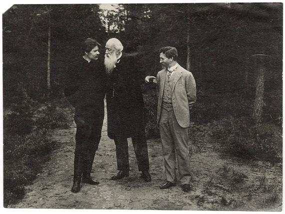 В.В. Стасов, И.Е. Репин и М. Горький на даче у И.Е. Репина. Во время прогулки.