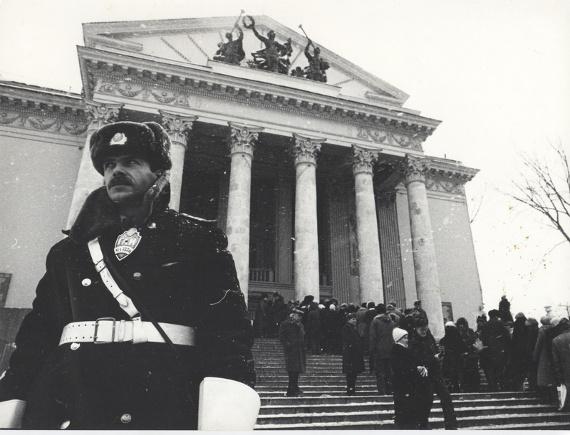 Неизвестный автор. Очередь на Неделю совести перед ДК МЭЛЗ, 1988. Архив общества Мемориал