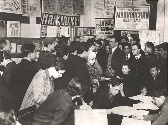 Маяковский на выставке 20 лет работы. 1930 год. Из фонда ГМИРЛ им. В.И. Даля.