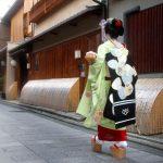 """Хироси Мидзобути """"Мэйко идет вдоль домов квартала"""" 2012"""