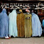 """Стив МакКарри """"Женщины в магазине обуви. Кабул, Афганистан"""" 1992"""