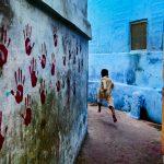 """Стив МакКарри """"Мальчик в прыжке. Джодхпур, Раджастан, Индия"""" 2007"""