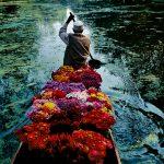 """Стив МакКарри """"Продавец цветов на озере Дал. Сринагар, Джамму и Кашмир, Индия"""" 1996"""