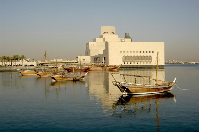 Старые лодки ловцов жемчуга на фоне Музея Исламского искусства в Дохе