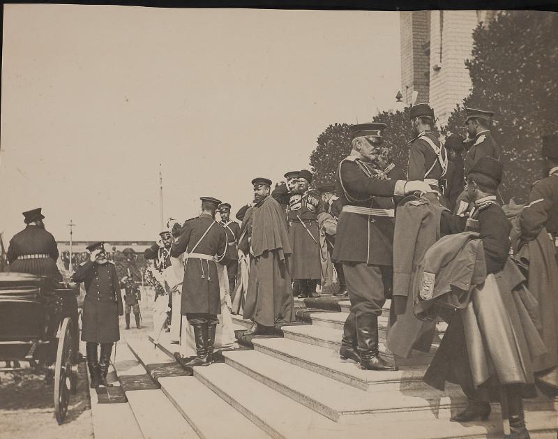 """Конрад Брандель """"Император Александр III с личной казачьей охраной, выходящий из вокзала в Бресте"""" 1886"""